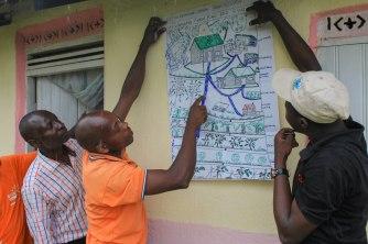 """Paysan présentant le """"plan intégré de développement"""" de sa ferme"""